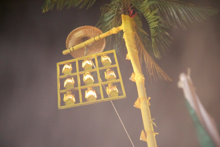 Raising the Nine Lamps is an important element of the receiving ceremony which marks the start of the festival.