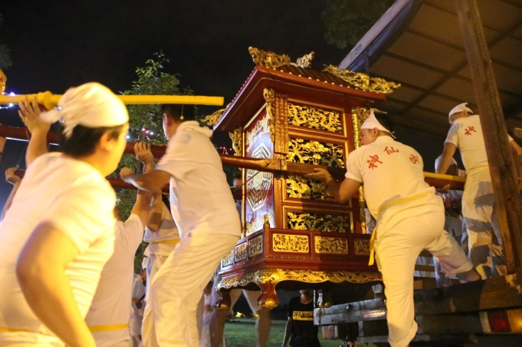 The helpers lifting the Sedan Chair for the Urn (炉轿) up to the lorry bound for Changi Beach. This lorry is strictly for males only.