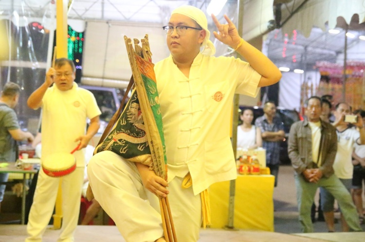 Besides exchange of gifs, short rituals such as Cao Ying (操营) was also performed during the temple visits.