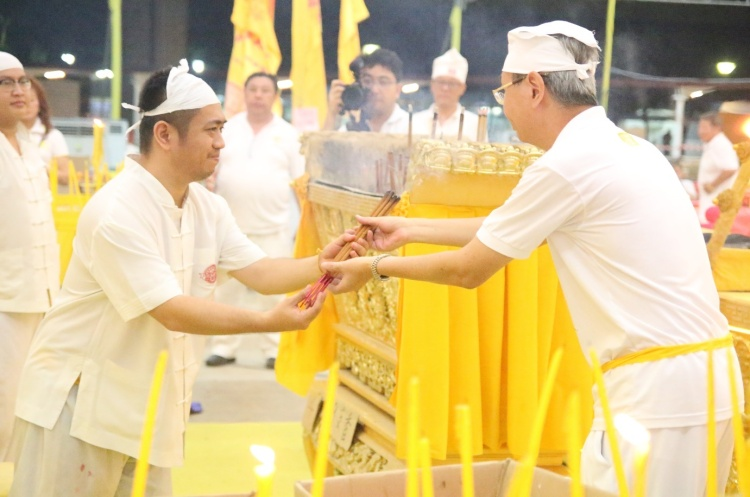 Exchange of joss sticks between both temples at the end of the visit.