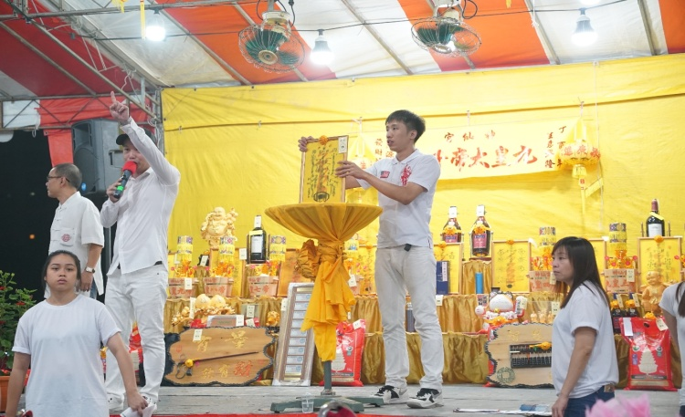 Another component of the dinner was the auction of various auspicious items and gifts.