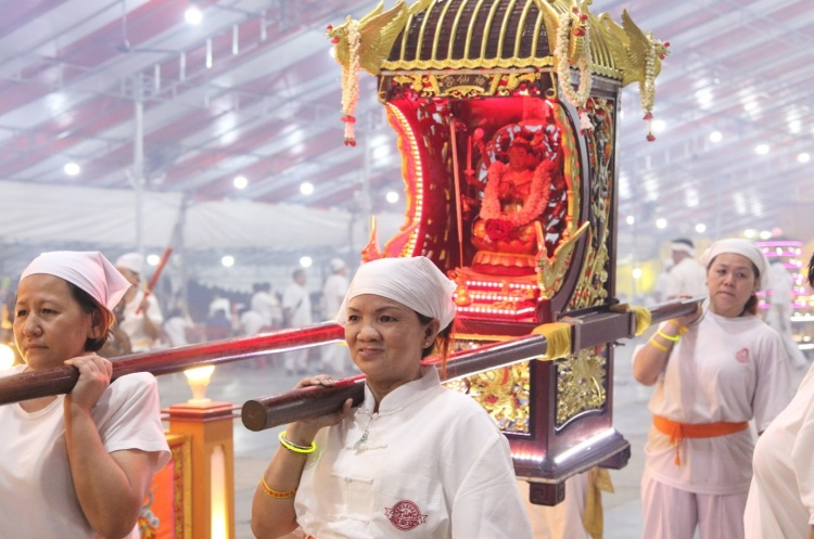 Female helpers of the temple are tasked to carry the Sedan Chair of Dou Mu Niang Niang, the mother of the Nine Emperor Gods. This Sedan Chair is to be carried by the ladies only which has been an old tradition of Shen Xian Gong.