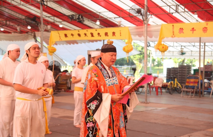 The first ritual is known as Qing Jiao (清醮), where the Taoist priest pray for blessings.