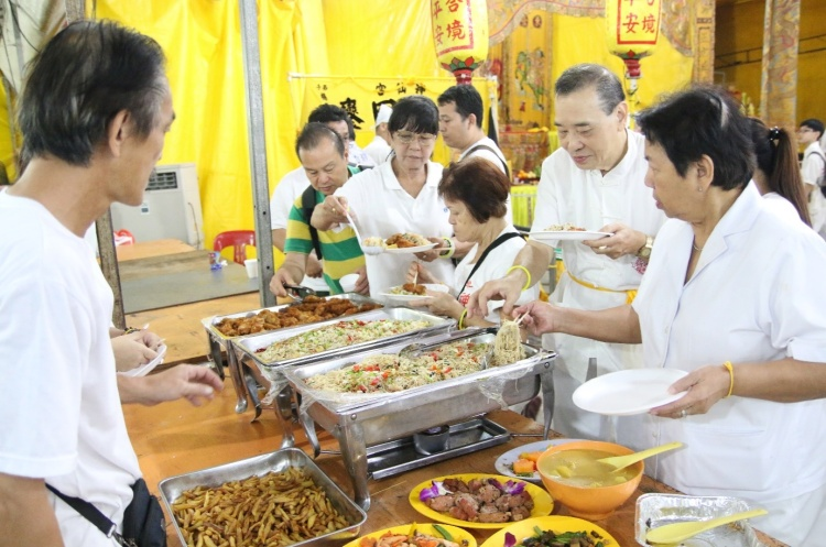 The end of the sending off ceremony also marks the end of the vegetarian diet as devotees enjoy the buffet with meat dishes.