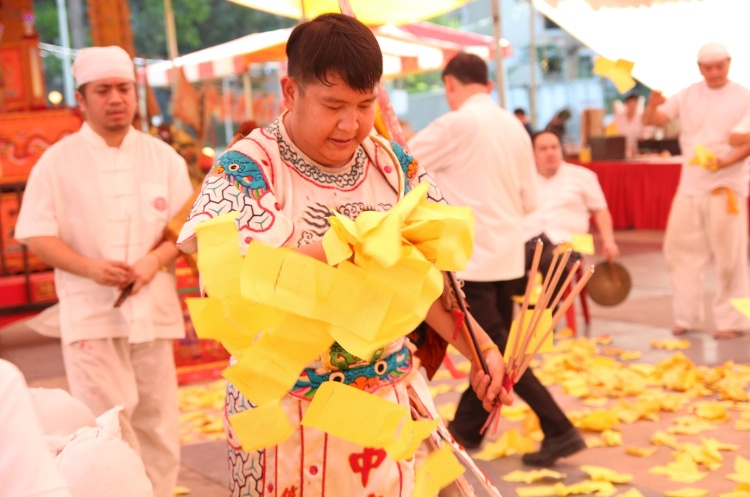 Zhong Tan Yuan Shuai was also involved in the one of the rituals, known as Lor Guan which requires members of the temple to toss paper money in order for the deities to overcome the obstacles.