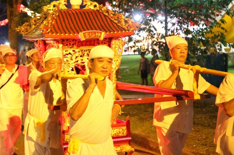 On the other hand, male helpers of the temple carry the Sedan Chair for the Urn for the sending off ceremony.